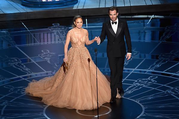 Jennifer Lopez và Chris Pine công bố giải Thiết kế trang phục xuất sắc.
