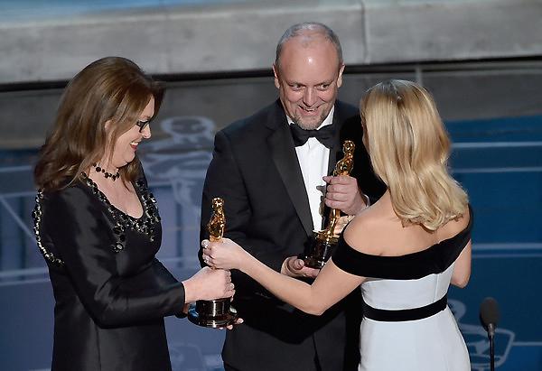 Frances Hannon và Mark Coulier nhận giải Trang điểm và Tạo mẫu tóc xuất sắc từ Reese Witherspoon. Đôi bàn tay của họ đã làm nên những điều tuyệt vời cho phim The Grand Budapest Hotel.