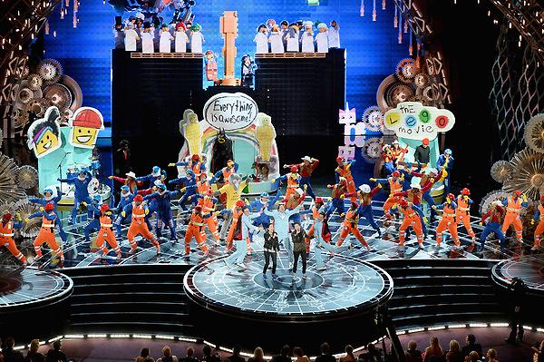 Sân khấu ngập tràn sắc màu trong phần biểu diễn của Sara Quin và Tegan Quin của Tegan and Sara. Họ biểu diễn ca khúc Everything Is Awesome của The Lego Movie.