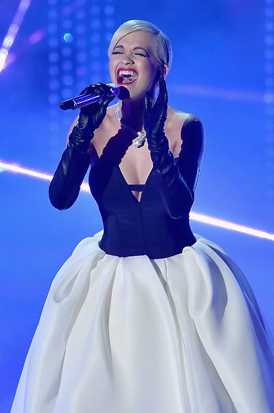 Rita Ora biểu diễn ca khúc Grateful trong phim Beyond the Lights.