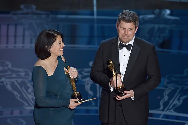 Adam Stockhausen (bên phải) và Anna Pinnock của The Grand Budapest Hotel nhận giải Thiết kế sản xuất xuất sắc.
