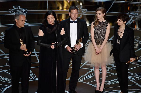 Đạo diễn Laura Poitras, Dirk Wilutzky và nhà báo Glenn Greenwald nhận giải Phim tài liệu xuất sắc cho phim Citizenfour.