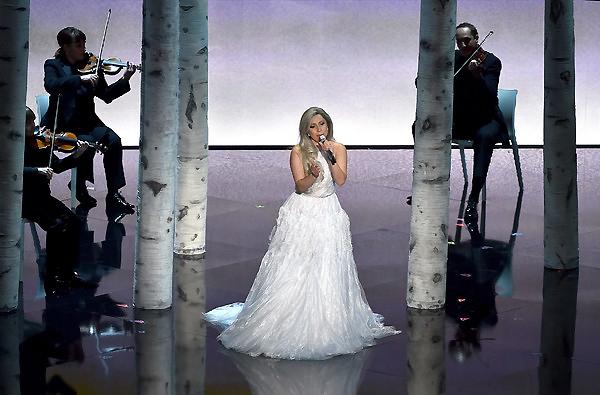Nữ ca sĩ nổi tiếng lập dị đã có một tiết mục đầy bất ngờ tại Oscar 2015.
