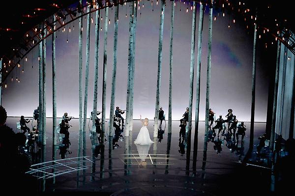 Sân khấu ấn tượng trong tiết mục của Lady Gaga.