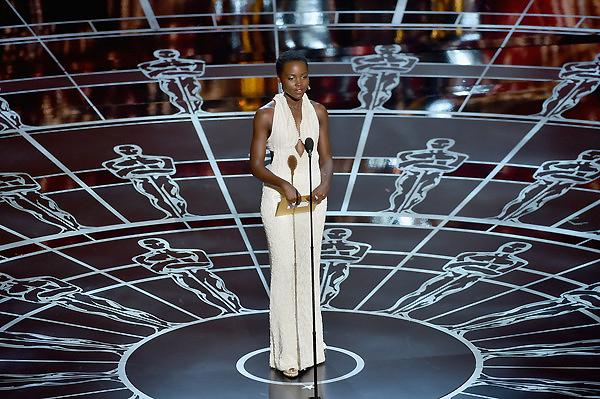 Nữ diễn viên Lupita Nyongo - người vinh dự nhận tượng vàng cho Nữ diễn viên phụ xuất sắc của Oscar 2014 - là người công bố và trao phần giải đầu tiên, giải Nam diễn viên phụ xuất sắc.