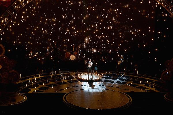 Sân khấu lấp lánh ánh sáng của Oscar 2015 trong phần biểu diễn ca nhạc đầu tiên với người thể hiện là Adam Levine - thủ lĩnh của Maroon 5.
