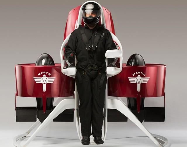 Phi công chỉ cần cài chặt dây an toàn và điều khiển Martin Jetpack thông qua 2 cần điều chỉnh