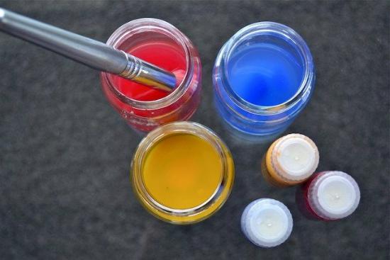 Lọ thủy tinh trở thành vật dụng chứa màu vẽ.