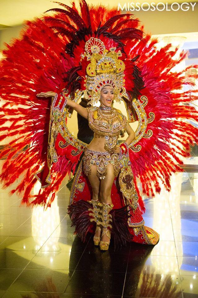 Hoa hậu Panama thu hút mọi ánh nhìn trong phục trang sặc sỡ và cực kỳ hoành tráng.