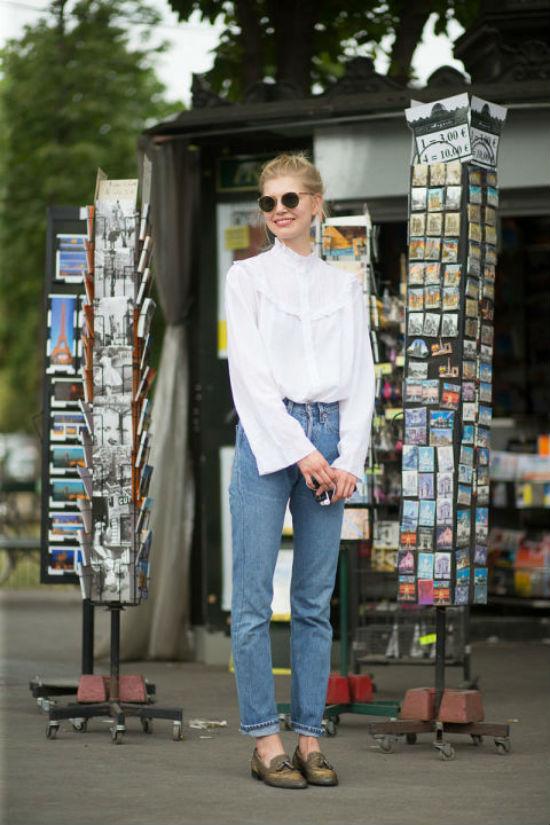 Những cô nàng yêu màu trắng dễ dàng phối áo kiểu này cùng quần jeans và giầy moka đơn giản mà cổ điển.