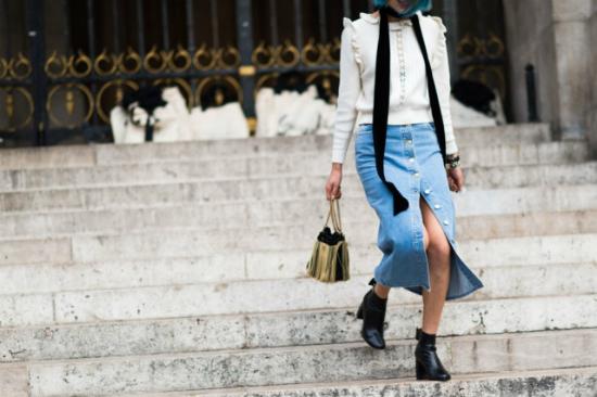 Bạn đừng bỏ quên cả xu hướng váy denim đính khuy đang rất hot hiện nay để kết hợp với áo tay bèo.