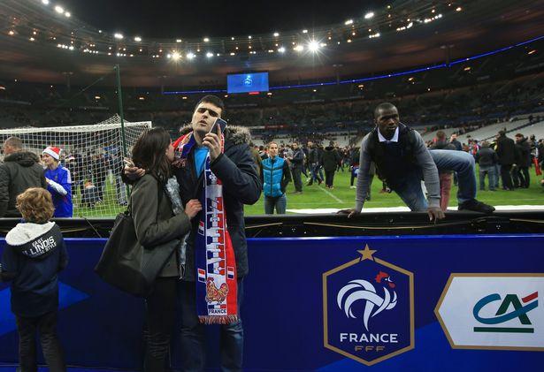 Khán giả Pháp tràn xuông sân sau trận đấu giao hữu giữa Pháp và Đức