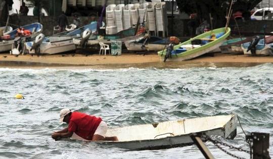 Ngư dân ở TP Acapulco kiểm tra thuyền bè đối phó với bão Patricia. Ảnh: Reuters/NLĐ