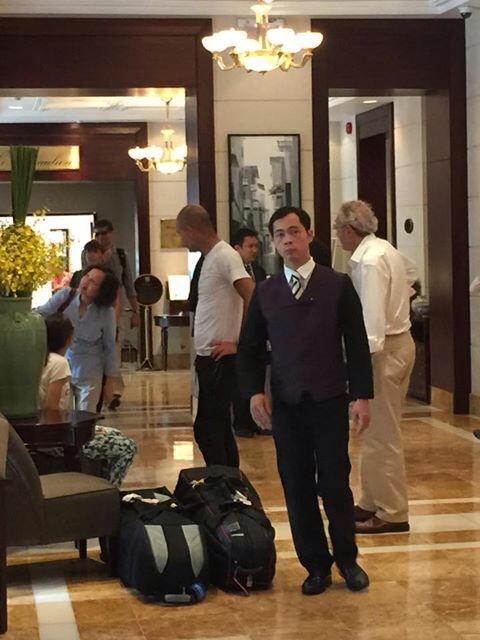HLV nổi tiếng làm thủ tục check-in tại khách sạn Metropole, Hà Nội.