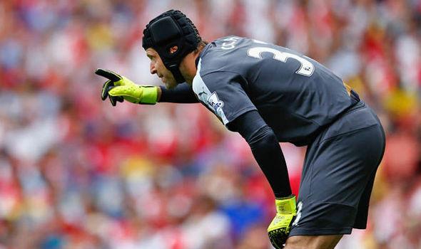 Petr Cech cần cải thiện phong độ nếu không muốn lại trở thành điểm yếu cố hữu của Arsenal.