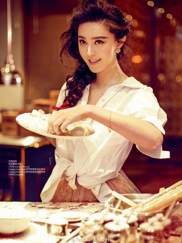 Bên cạnh đó, cô còn khoe vẻ đẹp đảm đang bên bếp núc.