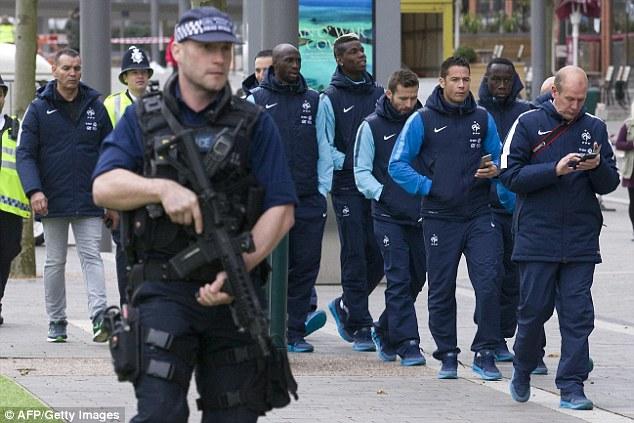 Toàn đội tuyển Pháp di chuyển dưới sự bảo vệ của các cảnh sát được trang bị vũ khí đầy đủ.
