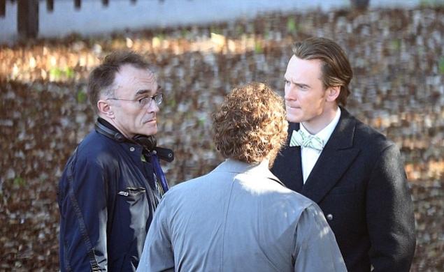 Đạo diễn Danny Boyle (ngoài cùng bên trái) trên trường quay phim Steve Jobs (Ảnh: JJ)