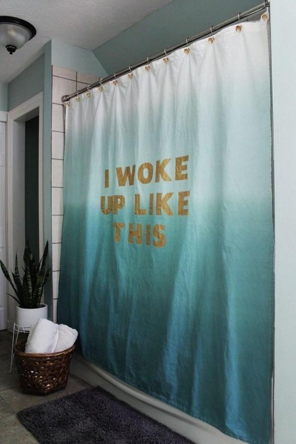 Dùng rèm che bồn tắm với màu sắc và dòng chữ gây ấn tượng.