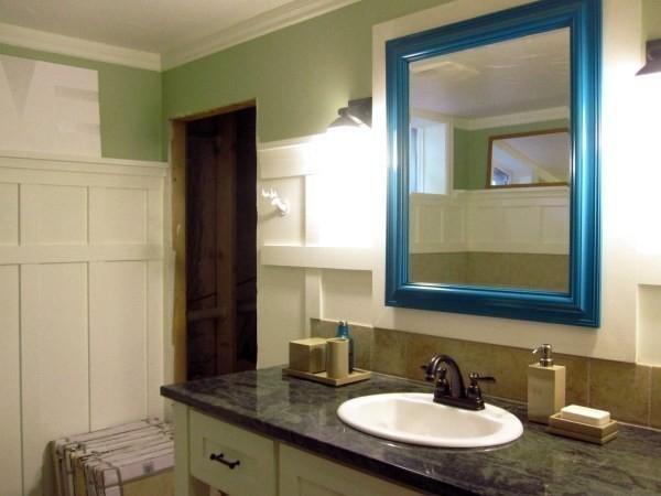 Với gương soi, hãy thử sơn màu nổi bật làm điểm nhấn cho không gian.