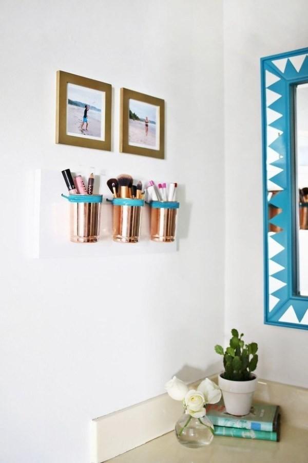 Dùng những chiếc cốc cũ treo lên tường làm nơi cất vật dụng làm đẹp của bạn.