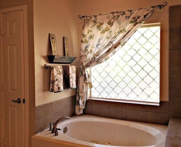 Sử dụng rèm cửa có họa tiết floral làm điệu cho phòng tắm.