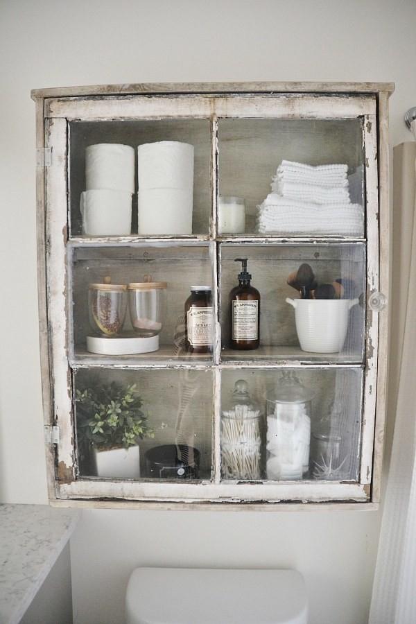 Tủ đồ cũ được sơn lại và dùng cất đồ trong phòng tắm, biến không gian mang đậm phong cách retro.