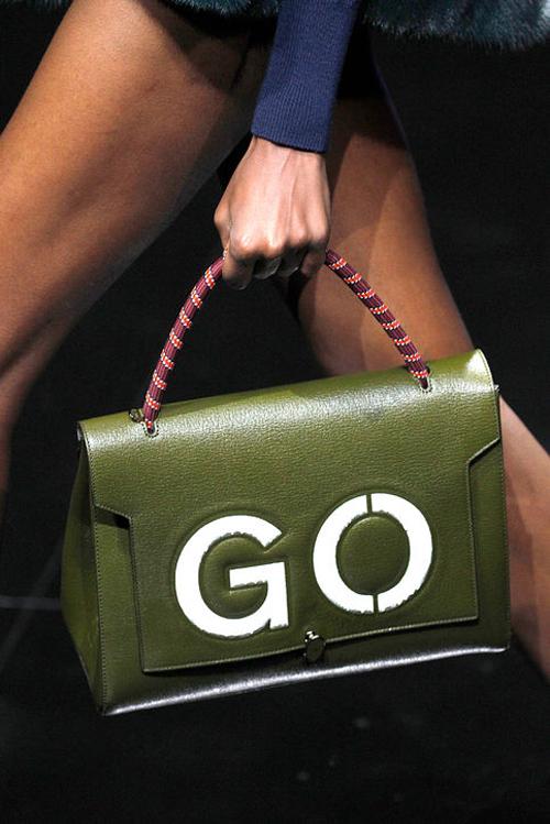 Mẫu túi lấy cảm hứng từ biển báo giao thông, là một thiết kế mới của Anya Hindmarch.