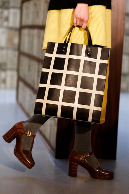 Túi kẻ ô vuông đen - trắng của Orla Kiely.