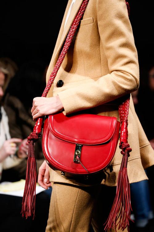 Mẫu túi màu đỏ có quai tết và tua rua của Altuzarra.