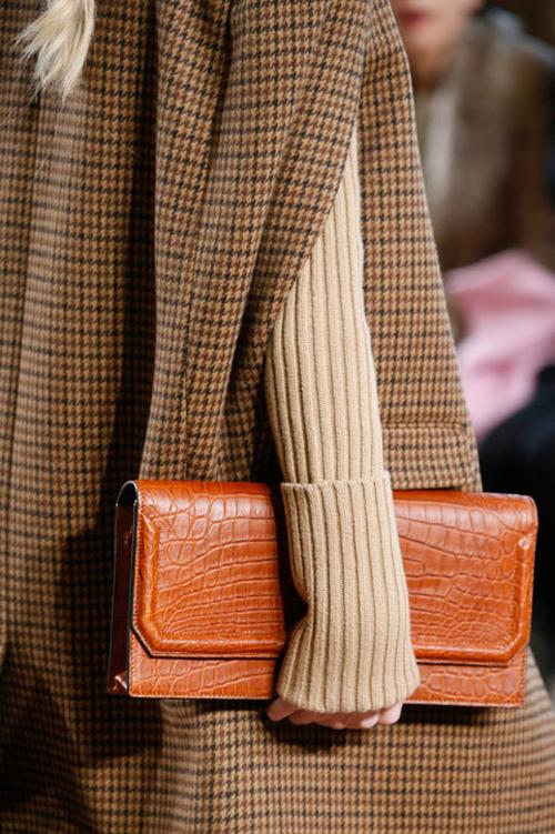 Túi clutch màu da bò đẹp mắt của Michael Korrs.
