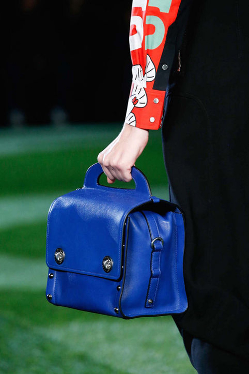 Chiếc túi xanh phù hợp với phong cách color-block là thiết kế mới của Marc Jacobs.
