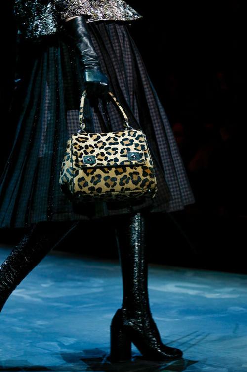 Marc Jacobs cũng tung ra mẫu túi mới đáng chú ý với họa tiết da báo.
