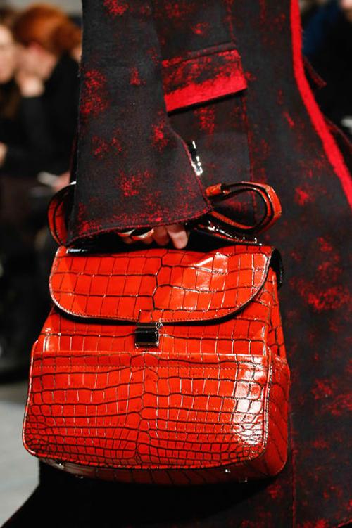 Túi quai chéo màu đỏ - cam rực rỡ của Proenza Schouler.