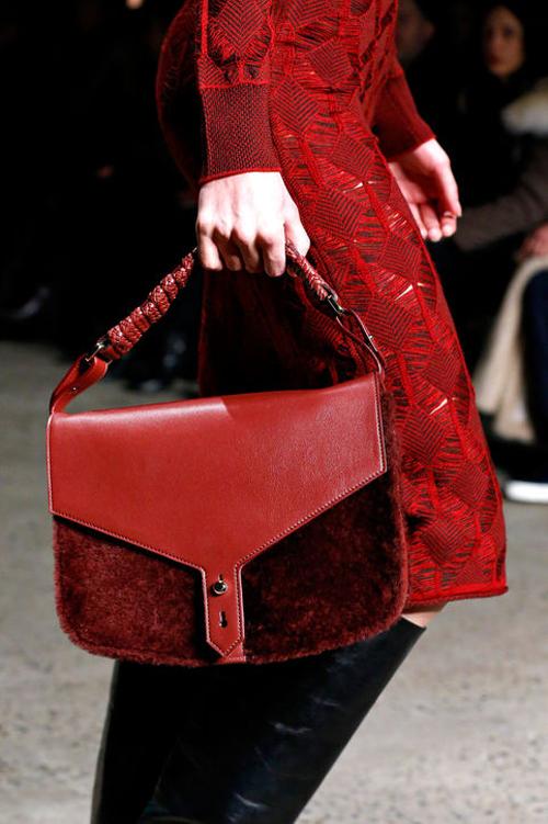 Thakoon cũng cho ra mắt mẫu túi xách mới màu đỏ trầm hơn.