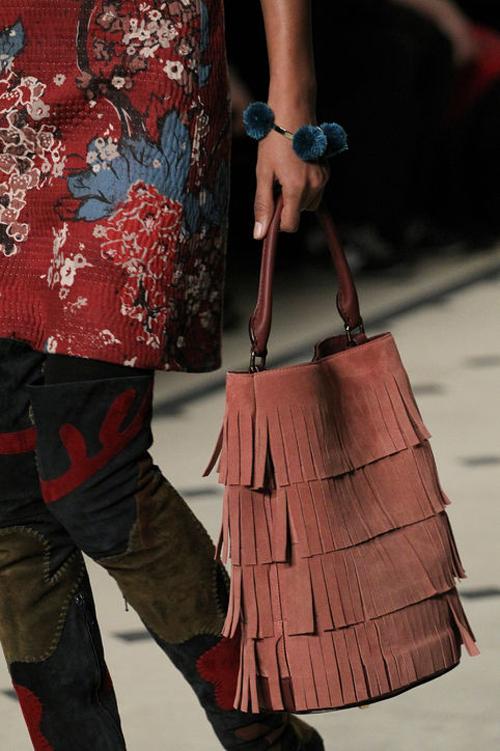 Túi xách tua rua đi kèm với những trang phục hippie trong BST mới của hãng Burberry.