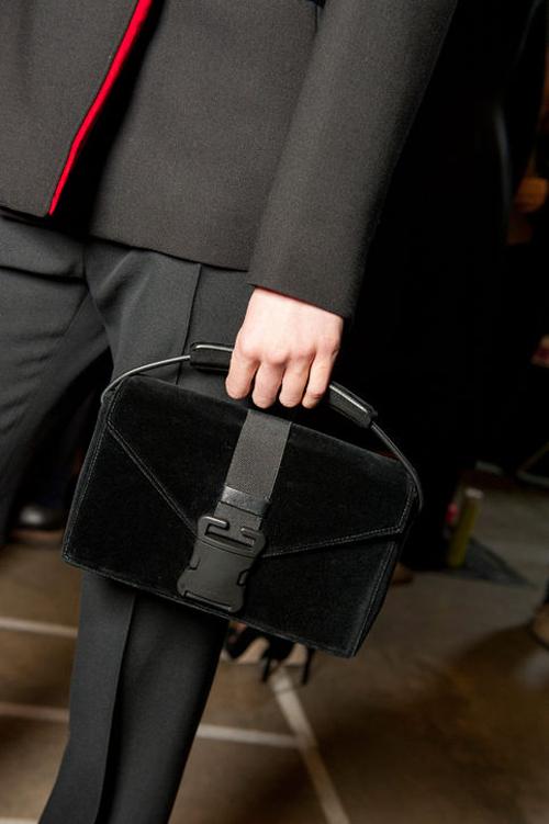 Túi xách màu đen có hình hộp của Christopher Kane.