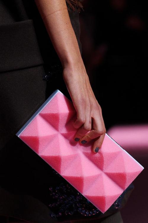 Mẫu túi clutch màu hồng nổi bật của Mary Katrantzou.