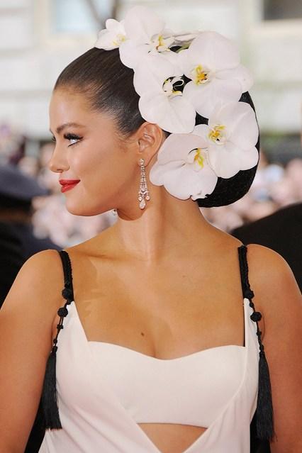 Selena Gomez xuất hiện ở Met Gala 2015 với phụ kiện hoa trắng to nổi bật.
