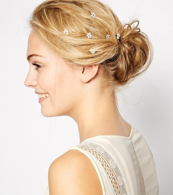 Nhẹ nhàng với phụ kiện hoa nhỏ nhắn tô điểm trên mái tóc.