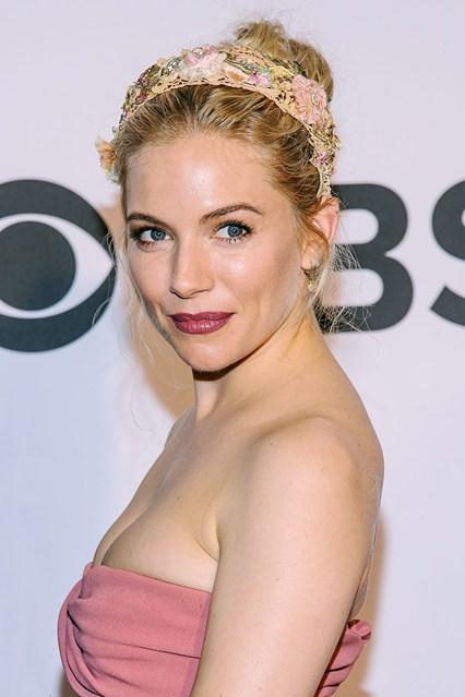 Diễn viên - người mẫu Sienna Miller cũng theo đuổi xu hướng phụ kiện floral, với màu hồng nữ tính.