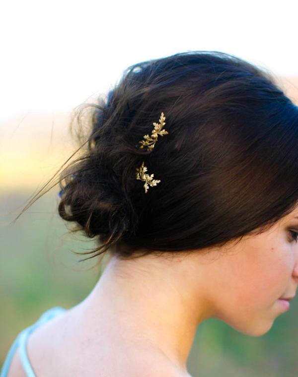 Tô điểm cho mái tóc bằng phụ kiện hình lá.