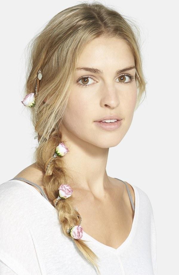 Tôn vẻ nữ tính với phụ kiện hoa cho tóc tết.