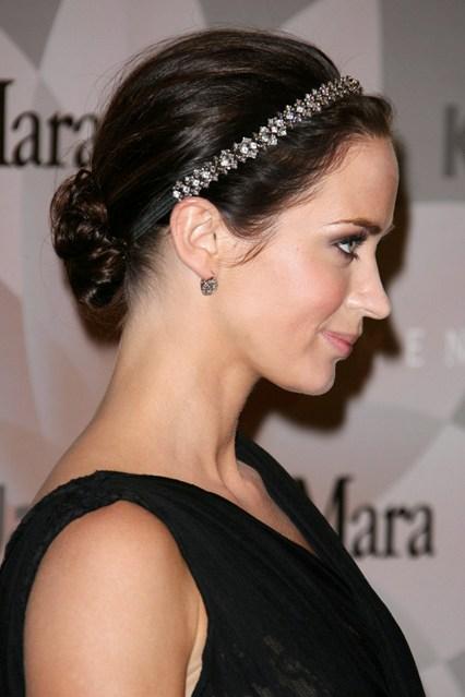 Người đẹp Emily Blunt tạo điểm nhấn cho mái tóc búi bằng phụ kiện đính đá nhỏ xinh.