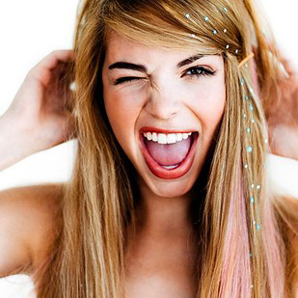 Phụ kiện tóc hình ngôi sao xinh xắn đính trên mái tóc giúp bạn nổi bật hơn.