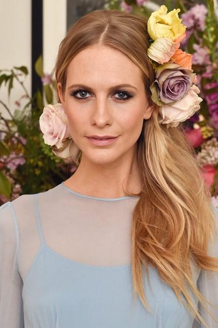 Siêu mẫu Poppy Delevingne tham dự một sự kiện thời trang ở London (Anh) với phụ kiện hoa hồng đậm chất cổ điển.