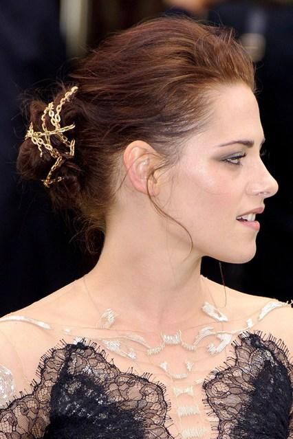 Kristen Stewart cá tính nhưng vẫn tôn nét gợi cảm với phụ kiện tóc hình xích.