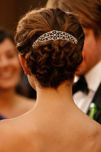 Trong một bữa tiệc, thiên nga đen Natalie Portman không chỉ lôi cuốn bằng vẻ đẹp gợi cảm mà còn bởi phụ kiện tóc mang hoa văn cực đẹp.