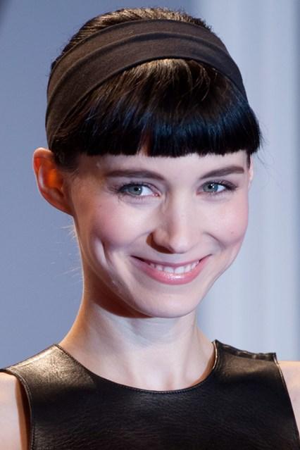 Nữ diễn viên Rooney Mara mang băng đô màu đen đơn giản nhưng rất phù hợp với mái tóc.