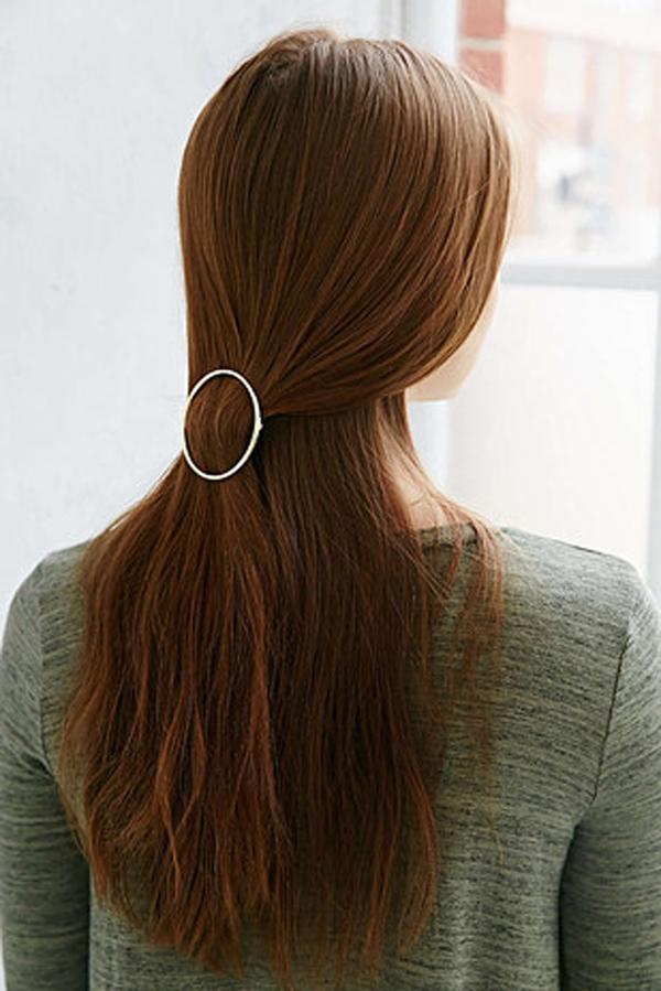 Kẹp tóc đơn giản nhưng giúp mái tóc trở nên duyên dáng hơn.